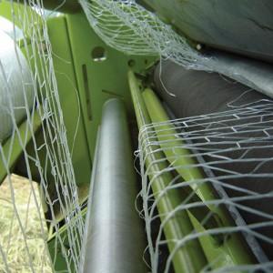 Le filet s'enroule dans les rouleaux d'alimentation